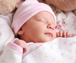 newborn-sleeping-in-pink